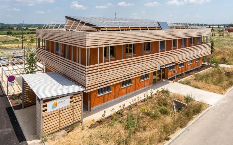 C1- Siège d'IZUBA énergies : bois, paille, terre et démarche négaWatt